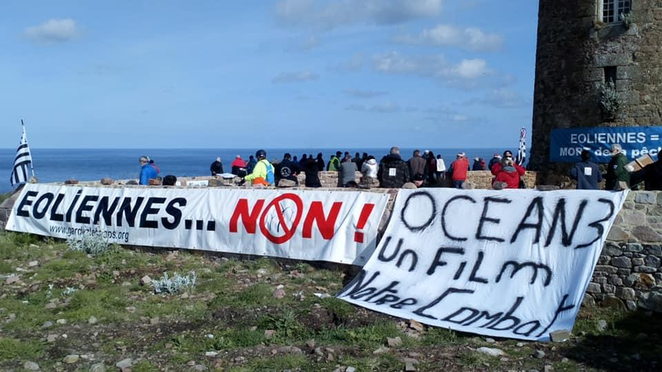 Rasssemblement pacifique au Cap Frehel contre les éoliennes en baie de Saint-Brieuc
